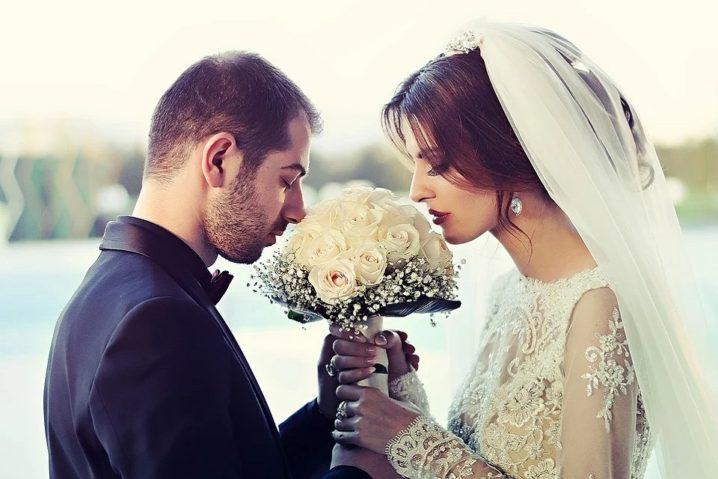 結婚式で夫婦が止まっている